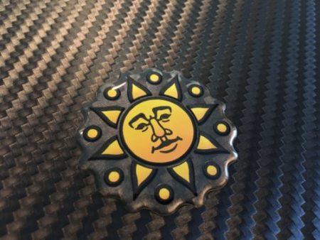 Päike läbipaistval taustal valge alustrükiga kristallkleebis